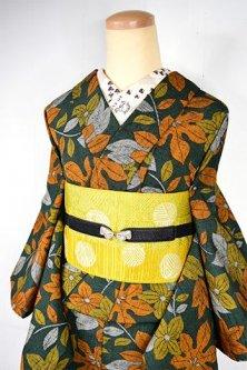 カーキグリーンに花と葉のボタニカルデザインモダンなウール紬単着物