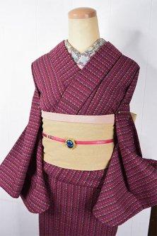 ラズベリーカラーにカラフルフォークロアストライプ愛らしいウール単着物