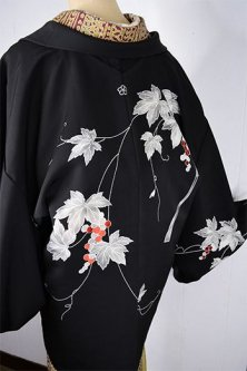 蔦葉に揺れる葡萄の実美しい黒絵羽織