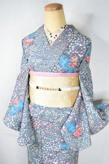 パウダリーグレーにヒナゲシやボロニアのようなボタニカルデザイン美しいしょうざんウール単着物