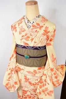 クリーム色に朱色の花あでやかに美しい正絹縮緬袷着物
