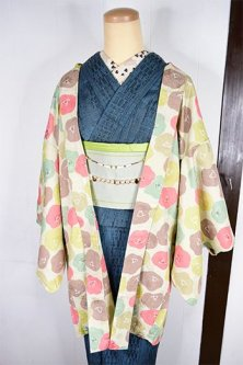 アイボリーにマカロンカラーの椿の花ノスタルジックなレトロ羽織