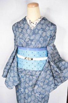 スモークブルーにヨーロピアン花装飾亀甲文様美しいシルクウール調袷着物