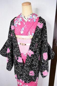 ノーブルブラックにアザレアのようなフラワーデザイン美しいレトロ羽織