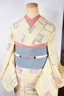 クリーム色に花と蝶々のスクエアモチーフ愛らしいウール紬単着物