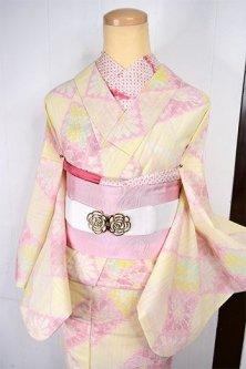 クリームイエローとパウダリールージュのお花ダイヤモンドチェック愛らしいサマーウール単着物