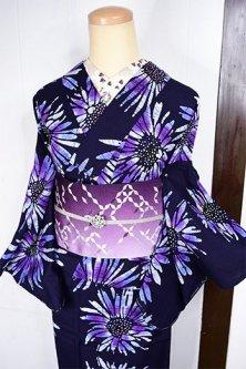 濃紺色地にロイヤルパープルガーベラフラワー美しい注染レトロ浴衣