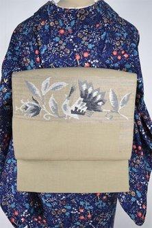 ハーバルベージュグリーンに孔雀アラベスク美しい開き名古屋帯