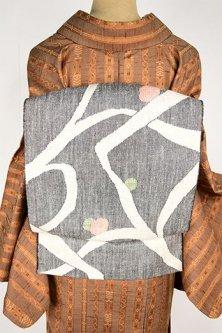 モノクロームに梢と木の実のようなモダンデザインメルヘンチックな紬開き名古屋帯