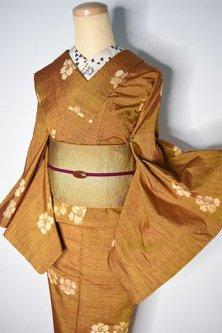 芥子色地に椿の花愛らしい正絹紬袷着物