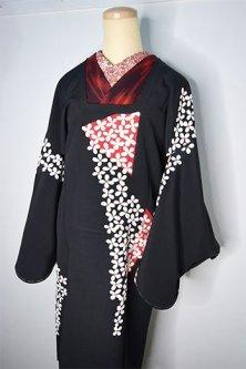 黒地に吹き寄せ花模様美しい正絹縮緬道行き着物コート