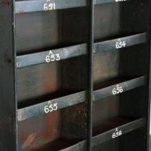 <img class='new_mark_img1' src='//img.shop-pro.jp/img/new/icons20.gif' style='border:none;display:inline;margin:0px;padding:0px;width:auto;' />Vintage Industrial pigeon hole cabinet