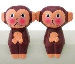 木彫り お座りモンキーペア(A)[ユーモラスな表情で大人気のお猿さん、同色2個組です]