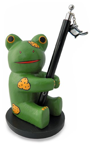 木彫り 蛙  ペン立てカエル[筆記用具を捧げ持つ愛嬌たっぷの蛙は、勉強部屋やオフィスの癒し系アイドル]