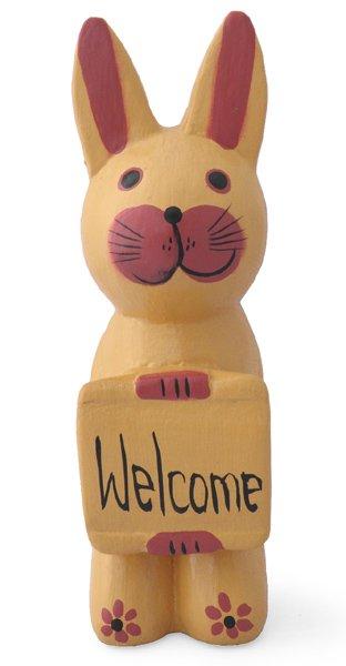 木彫りボード持ちウサギ(薄茶) 【ウェルカムボードを捧げた可愛いウサギ★玄関や出入り口に飾ってね!】