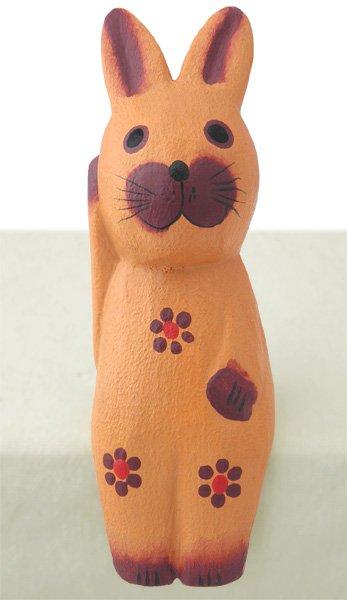 木彫りお座り招きウサギ(薄茶)【飛躍と豊穣、出世運や仕事運のうさぎモチーフ!右手上げで金運を呼ぶ!】