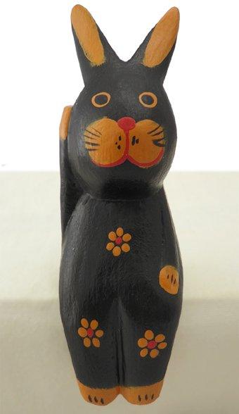 木彫りお座り招きウサギ(黒) 【飛躍と豊穣、出世運や仕事運のうさぎモチーフ!右手上げで金運を呼ぶ!】