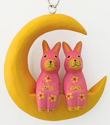 木彫り月に乗ったウサギ(大/ピンク) 【三日月に座った仲良しカップルの壁掛け、大きいサイズが新登場!】