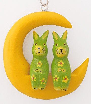 木彫り月に乗ったウサギ(大/黄緑) 【三日月に座った仲良しカップルの壁掛け、大きいサイズが新登場!】