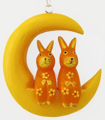 木彫り月に乗ったウサギ(大/オレンジ) 【三日月に座る仲良しカップル壁掛け、大きいサイズが新登場!】