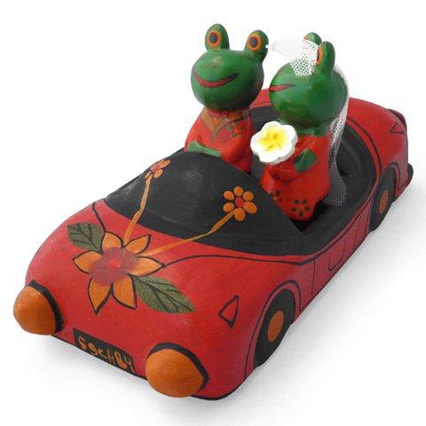 木彫り 蛙  ハネムーンカエル(C)[スポーツカーで颯爽と新婚旅行に出発ウェディングギフトにいかが]