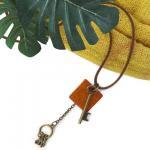 ペンダント ネックレス 革紐 鍵と鍵束&レザーモチーフ[アンティークな鍵と鍵束に、革製モチーフがスタイリッシュな印象]