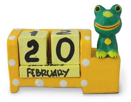 木彫り カエルのカレンダー[縁起物の蛙と、風水で金運を呼ぶとされる黄色の万年カレンダー]