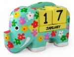 木彫り 花柄ゾウのカレンダー[ポップな色使いの象と、風水で金運を呼ぶとされる黄色の万年カレンダー]