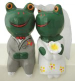 木彫り 蛙  ウェディングカエルペア(B)[ラブラブな花婿と花嫁の新婚さん、ギフトやウェルカムドールに]