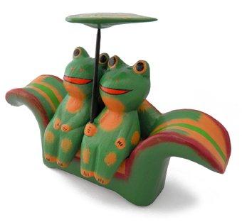 木彫り 蛙  仲良しカエル[蓮の葉のソファに座ったラブラブカップル、ご自宅用に贈り物にと大人気]