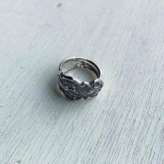 <img class='new_mark_img1' src='https://img.shop-pro.jp/img/new/icons14.gif' style='border:none;display:inline;margin:0px;padding:0px;width:auto;' />IRIAN (SPOON RING)-SILVER/BLACK FINISH