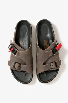 <img class='new_mark_img1' src='https://img.shop-pro.jp/img/new/icons13.gif' style='border:none;display:inline;margin:0px;padding:0px;width:auto;' />【hobo】COW LEATHER SANDAL with FIDLOCK®️BUCKLE/グレー