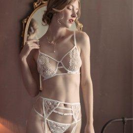 ゴージャス刺繍のブラ&Tバック&ガーターベルト 3点セット 白