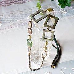 深緑色シェルのネックレス * 遅咲きの花*