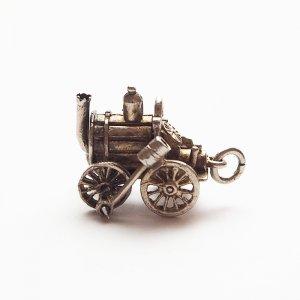 動く蒸気機関車のシルバーチャーム