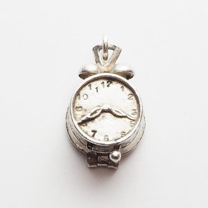 開く目覚まし時計のシルバーチャーム