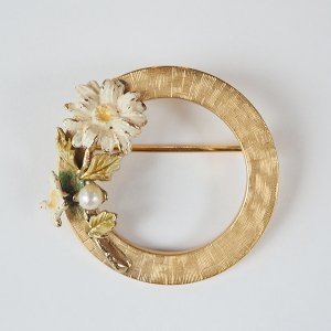 白い花のリースのブローチ