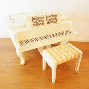 白いグランドピアノのミニチュア
