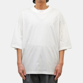 STUDIO NICHOLSON<br>COMPACT COTTON BRANDED SHORT SLEEVE MOCK NECK T-SHIRT