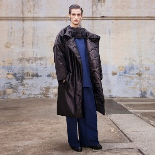 HED MAYNER<br>BACK SLIT UNBUTTONED COAT<img class='new_mark_img2' src='https://img.shop-pro.jp/img/new/icons2.gif' style='border:none;display:inline;margin:0px;padding:0px;width:auto;' />