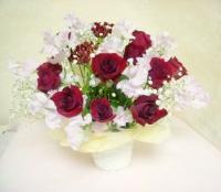 バラとスィートピーの花かご  甘い香りの花かご