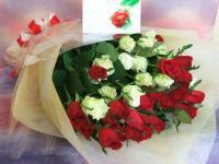 1本150円赤バラと白バラの花束