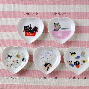 シンジカトウデザイン ねこたちのイラストが可愛い 陶器のハートトレー