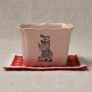 Shinzi Katoh シンジカトウ デザイン <br>ピンクのスカーフをした猫のイラストが可愛陶器のカップ<br>ミャウミャウシリーズ 森のココット MM 120P 美濃焼 日本製