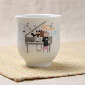 Shinzi Katoh シンジカトウ デザイン<br>合唱コンクールに向けて練習中の猫たちがかわいい<br> アニーブンキャッツ シリーズ UN 湯呑MUSIC  日本製 美濃焼