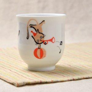 Shinzi Katoh シンジカトウ デザイン<br>ラッパを吹く猫のイラストがとっても可愛い<br> ねこともクラブ シリーズ NC 湯呑B 日本製 美濃焼