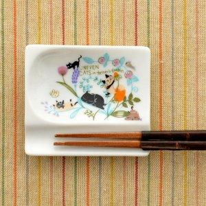 シンジカトウデザイン 猫と草花のイラストが優しい<br>陶器の箸置き小皿 UN  おもてなしレストFLOWER 日本製
