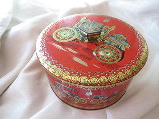 Tin缶<ロイヤルレッドの馬車モチーフ缶>
