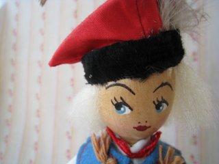 木製ポーランド人形:羽帽子のミリタリー風
