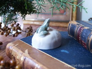 <img class='new_mark_img1' src='//img.shop-pro.jp/img/new/icons48.gif' style='border:none;display:inline;margin:0px;padding:0px;width:auto;' />Vintage Frog on Stone Figurine by Royal Copenhagen